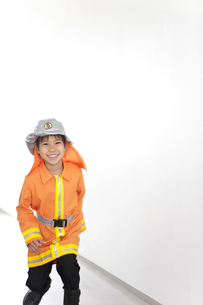 廊下を走っている男の子の写真素材 [FYI01296643]