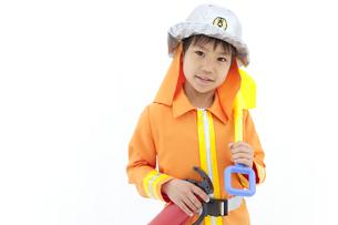 消防士の格好をしている男の子の写真素材 [FYI01296648]