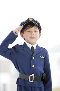 敬礼をしている男の子の写真素材 [FYI01296657]