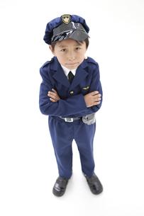 腕組みをしている男の子の写真素材 [FYI01296667]