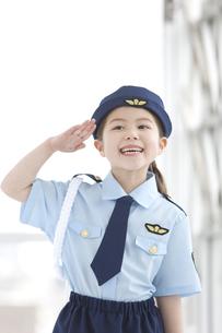 敬礼をしている女の子の写真素材 [FYI01296669]