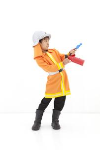 消火器を構える男の子の写真素材 [FYI01296675]