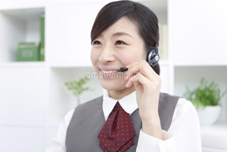 インカムをつけている制服を着た女性の写真素材 [FYI01296677]