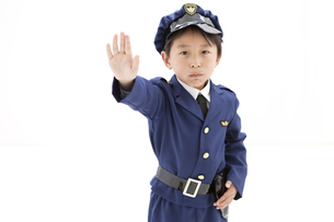 手をかざしている男の子の写真素材 [FYI01296688]