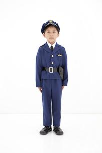 警察官の格好をしている男の子の写真素材 [FYI01296699]