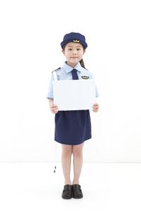 メッセージボードを持っている女の子の写真素材 [FYI01296720]