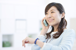 携帯電話で話すビジネスウーマンの写真素材 [FYI01296731]
