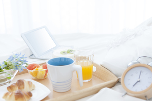 朝食のあるベッドルームの写真素材 [FYI01296737]