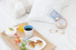 朝食のあるベッドルームの写真素材 [FYI01296738]