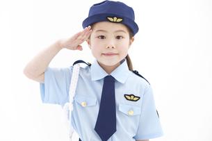 敬礼をしている女の子の写真素材 [FYI01296739]