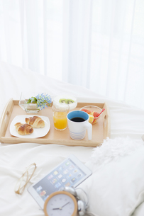 朝食のあるベッドルームの写真素材 [FYI01296744]