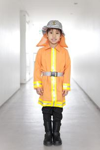 消防士の格好をしている男の子の写真素材 [FYI01296746]