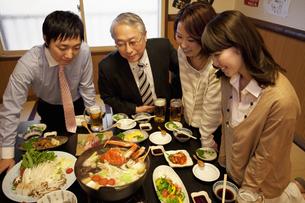 鍋を見ているビジネスマン4人の写真素材 [FYI01296762]