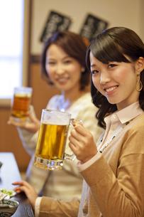 ビールを持つ笑顔のビジネスウーマン2人の写真素材 [FYI01296770]