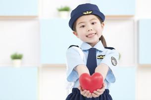 ハートを持っている女の子の写真素材 [FYI01296777]