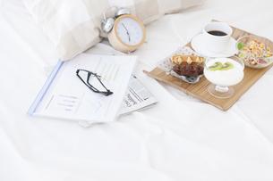 朝食のあるベッドルームの写真素材 [FYI01296784]