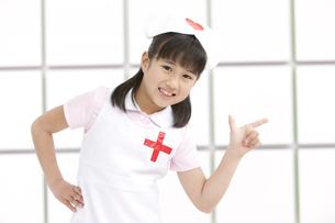 看護師の格好をしている女の子の写真素材 [FYI01296785]