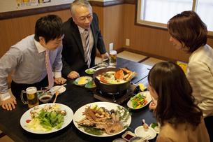 鍋を見ているビジネスマン4人の写真素材 [FYI01296787]
