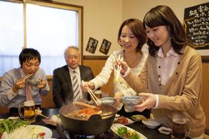 かになべを食べているビジネスマン4人の写真素材 [FYI01296788]