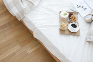 朝食のあるベッドルームの写真素材 [FYI01296790]