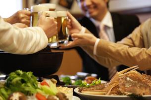 ビールで乾杯しているビジネスマン4人の写真素材 [FYI01296807]