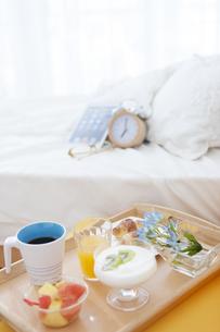 朝食のあるベッドルームの写真素材 [FYI01296813]