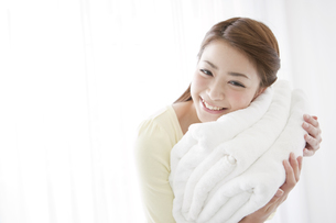 タオルを持つ女性の写真素材 [FYI01296818]