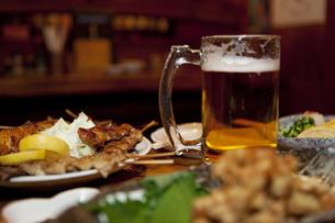 焼き鳥とビールの写真素材 [FYI01296843]