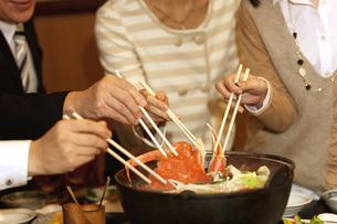 かになべを食べるビジネスマン4人の写真素材 [FYI01296881]