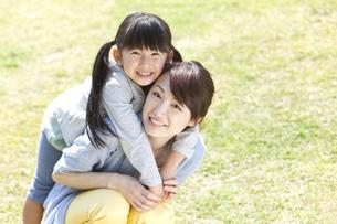 おんぶをしている母娘の写真素材 [FYI01296885]