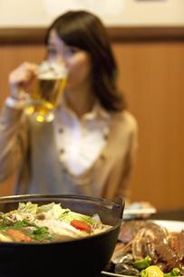 鍋料理とビジネスウーマンの写真素材 [FYI01296887]
