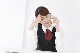 電話をする制服姿の女性の写真素材 [FYI01296935]