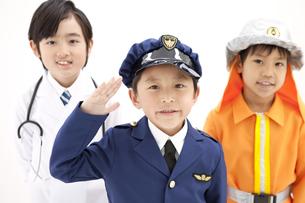 コスチュームを着た笑顔の男の子3人の写真素材 [FYI01296942]