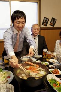 鍋を食べているビジネスマン2人の写真素材 [FYI01296946]