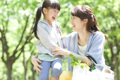 笑顔の母娘の写真素材 [FYI01296956]