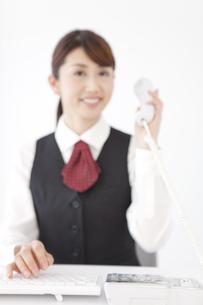 電話をする制服姿の女性の写真素材 [FYI01296985]