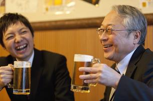 ビールを持つ笑顔のビジネスマン2人の写真素材 [FYI01296986]