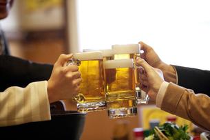 ビールで乾杯しているビジネスマン4人の写真素材 [FYI01297015]