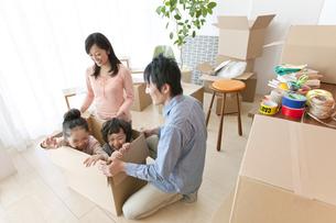 引っ越し作業中の家族4人の写真素材 [FYI01297052]