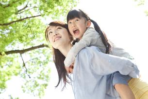 おんぶをしている母娘の写真素材 [FYI01297053]