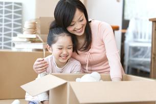 引っ越し作業中の母と娘の写真素材 [FYI01297064]
