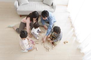 おもちゃで遊ぶ家族5人の写真素材 [FYI01297081]