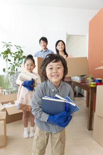 引っ越し作業中の家族4人の写真素材 [FYI01297089]