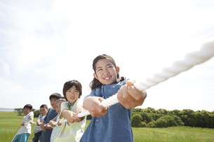 綱引きをしている子供6人の写真素材 [FYI01297107]