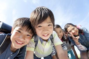 笑顔の小学生5人の写真素材 [FYI01297130]