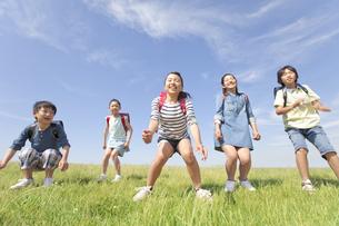笑顔の小学生5人の写真素材 [FYI01297144]