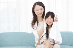 母親に髪を拭いてもらう女の子の写真素材 [FYI01297168]