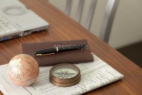 デスクの上の方位磁石と地球儀の写真素材 [FYI01297173]