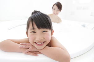泡風呂に入る女の子と母親の写真素材 [FYI01297176]