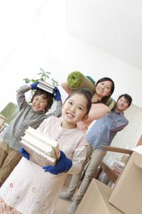 引っ越し作業中の家族4人の写真素材 [FYI01297186]